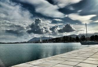 Συννεφιά στην παραλία της πόλης