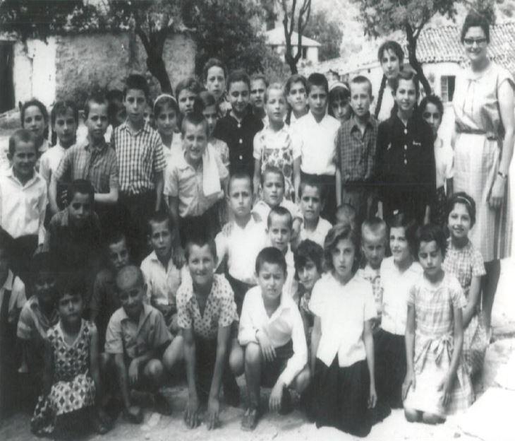Δημοτικό σχολείο Πινακοχωρίου. Ιούνιος 1965. Ο συγγραφέας στο μέσον με την μπόλια... επ' ώμου