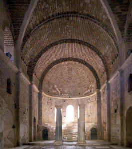 Το εσωτερικό της βασιλικής του Αγίου Νικολάου στα Μύρα.