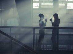 ατμός υγρών αναπλήρωσης ηλεκτρονικού τσιγάρου σε εξωτερικό χώρο